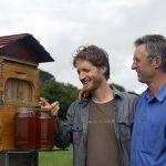 Cedar Anderson (à gauche) et Stuart Anderson (à droite) avec leur invention, Flow Hive.