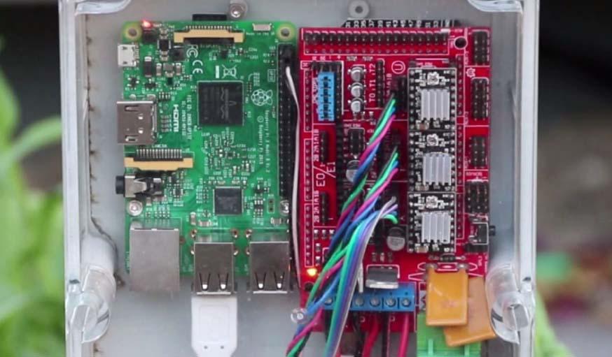 Le robot fonctionne grâce à un nano-ordinateur Raspberry Pi et une carte Arduino.