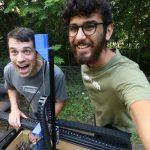 À droite, Rory Aronson, l'inventeur du robot jardinier en open source.