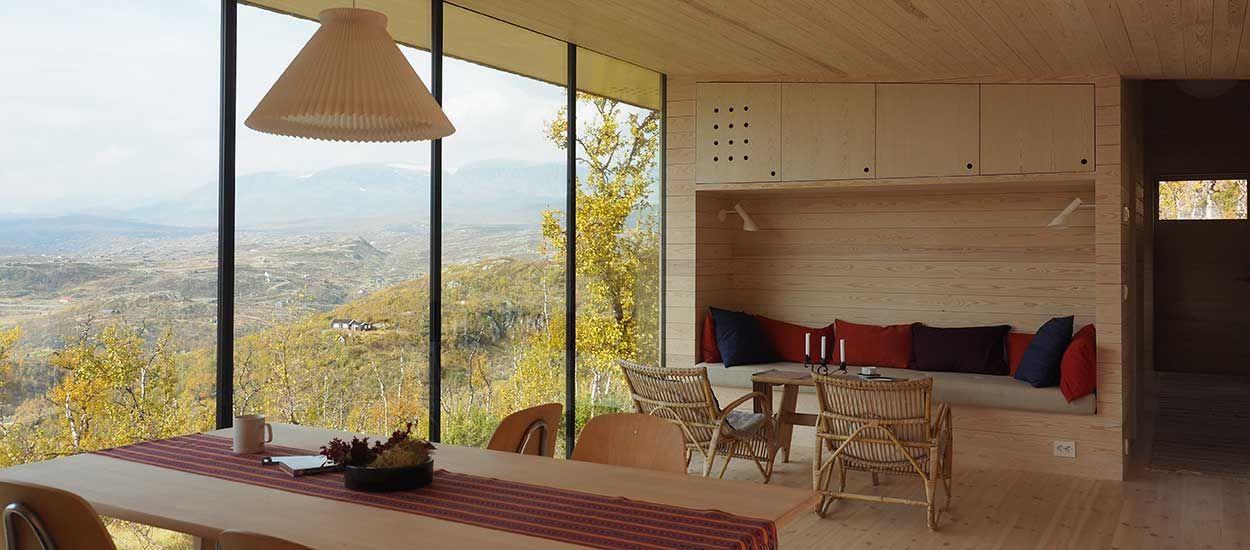 Cette maison en bois minimaliste est dotée dune vue extraordinaire