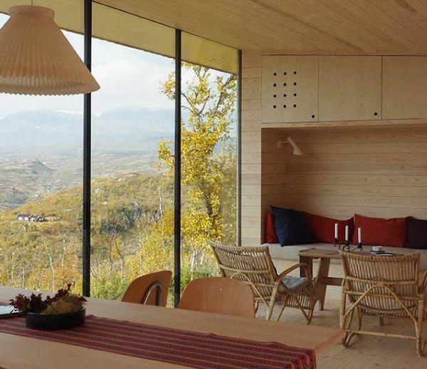 Cette maison en bois minimaliste est dotée d'une vue extraordinaire