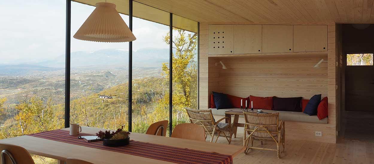 une maison en bois perch e dans les montagnes de norv ge maison en bois minimaliste. Black Bedroom Furniture Sets. Home Design Ideas