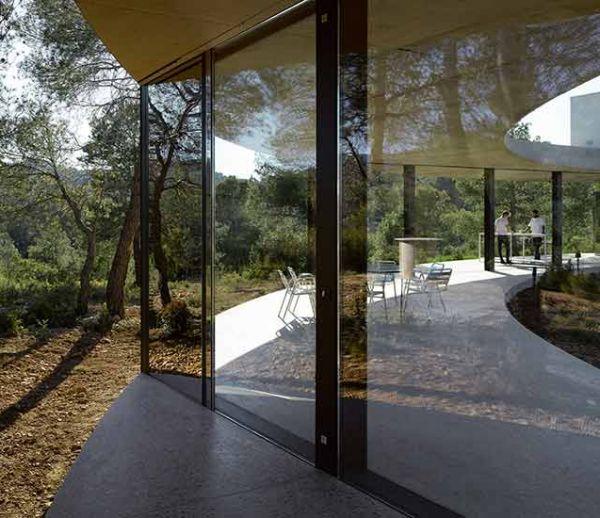 Avec son architecture atypique, cette maison circulaire se fond dans la forêt