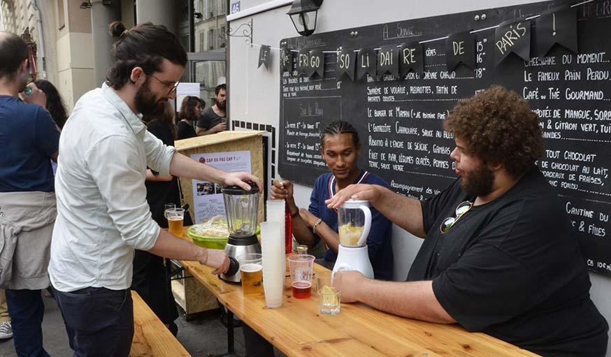 Les ambassadeurs du Carillon préparent des smoothiers avec des fruits invendus, donnés par les commerçants.