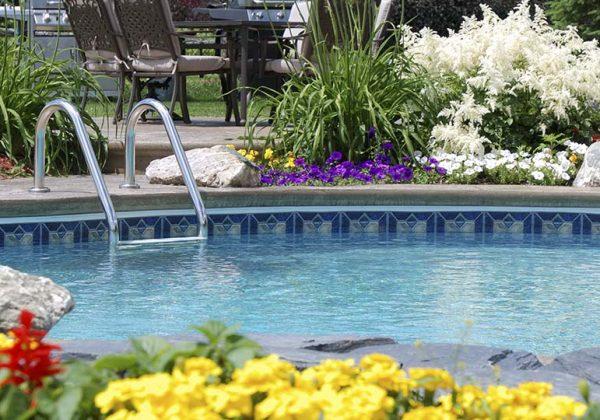 Fleurir sa piscine sans avoir de saletés dans le bassin ...