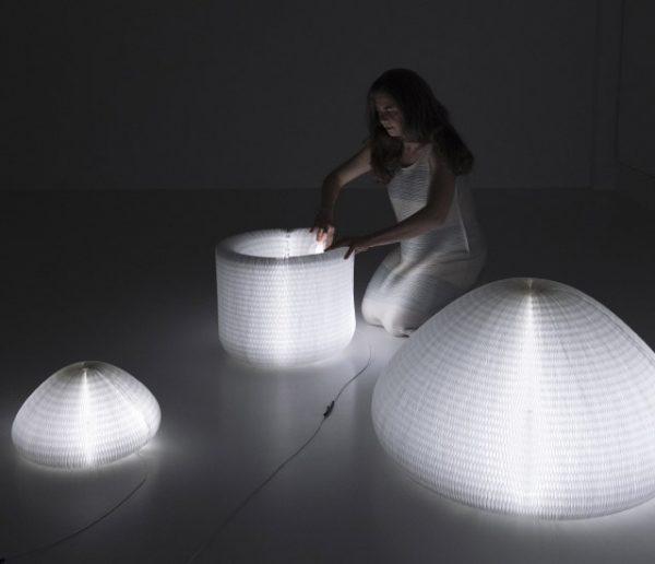 Fascinant : Cette lampe ultra-fluide change de forme à l'infini