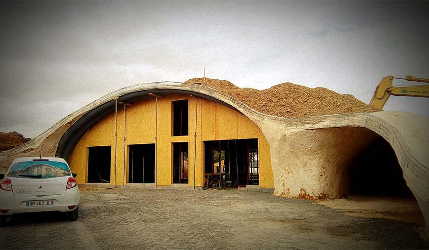 Par-dessus le hangar : du béton bas carbone et des copeaux de bois.