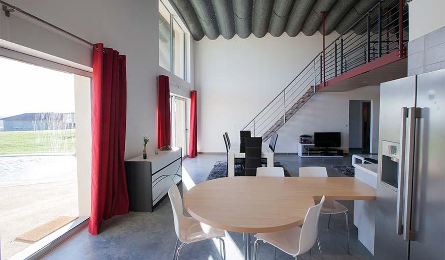 Le salon dans une maison Naturadome, dans le Gers.
