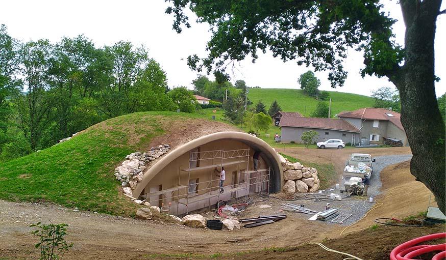 Dernière étape : recouvrir la maison de terre prélevée sur place.