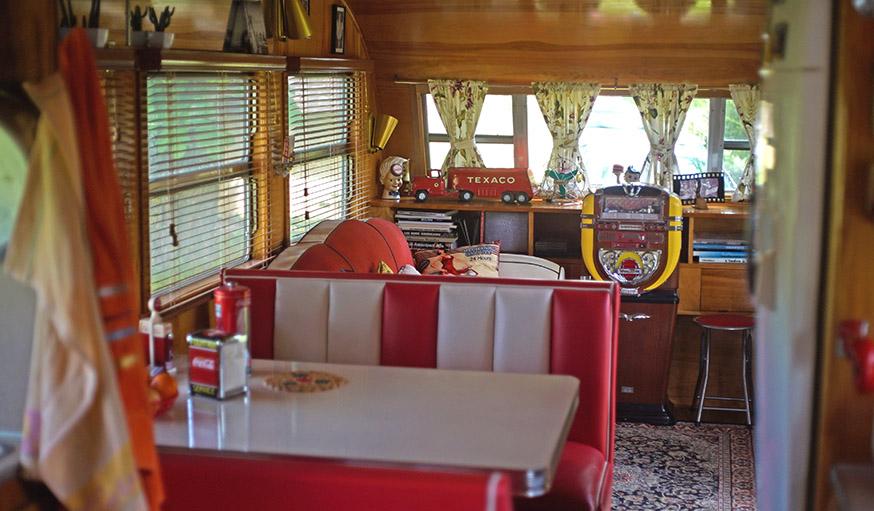 il r nove une caravane am ricaine des ann es 50 r nover une royal spartanette. Black Bedroom Furniture Sets. Home Design Ideas