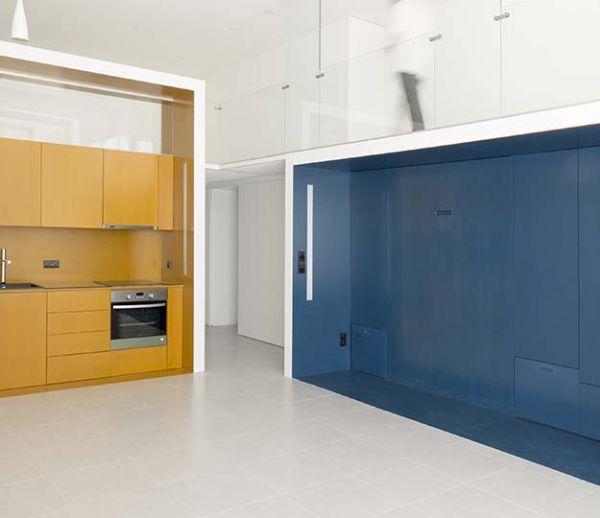 Ces deux blocs colorés renferment une cuisine tout équipée et une chambre