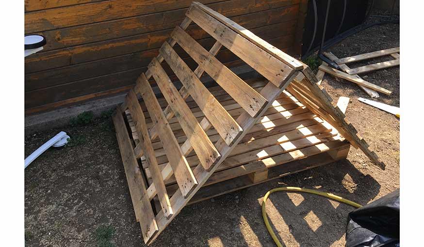 fabriquez une niche pour chien pas ch re avec un toiture v g talis e. Black Bedroom Furniture Sets. Home Design Ideas