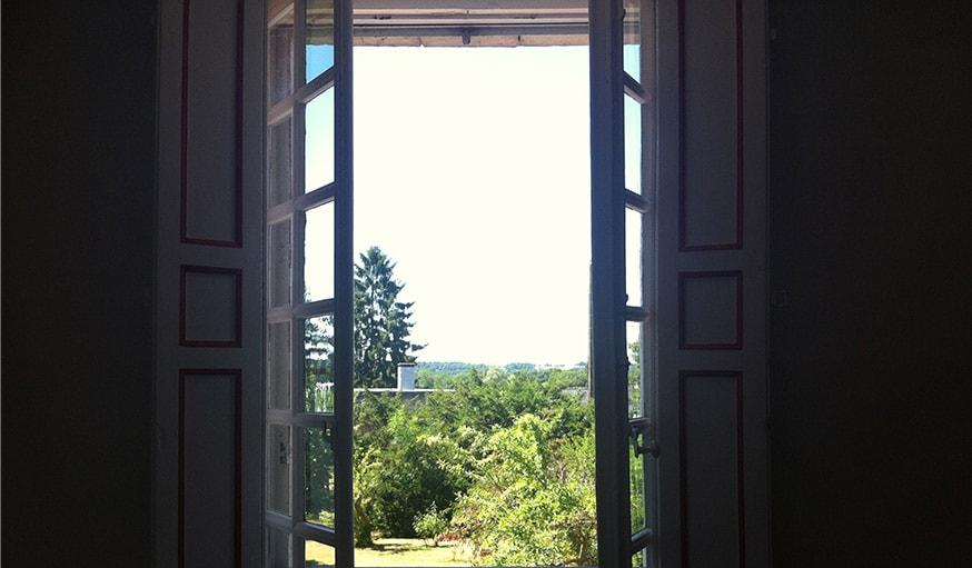 Vue sur le jardin depuis la fenêtre à Marçon, mi-juin