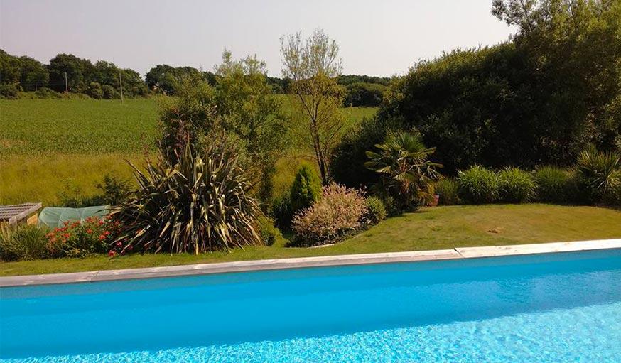 Vue sur la piscine et la nature à Hanvec, en Bretagne, le 20 juin.
