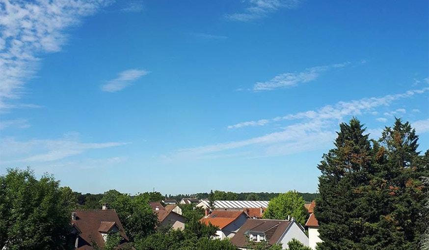 Ciel bleu sur la région parisienne, mi-juin.