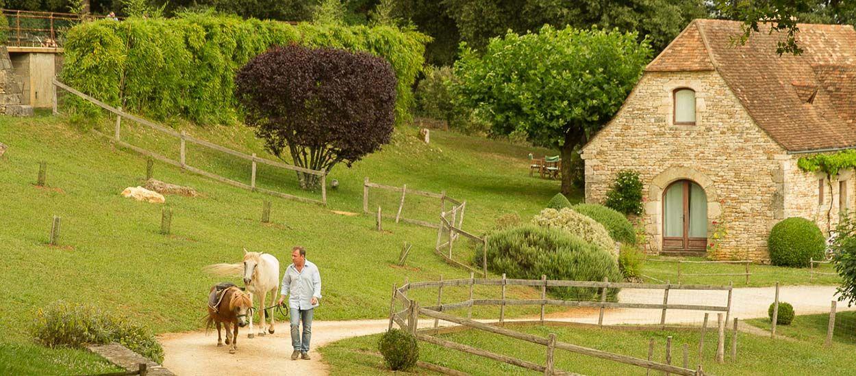 Ce passionné a reconstruit pierre par pierre tout un village typique du Périgord