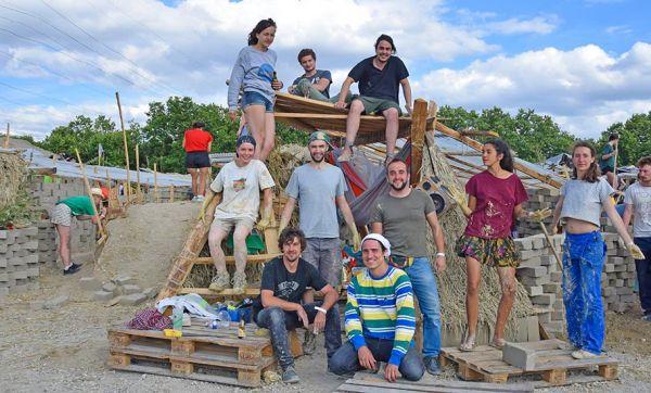 Maison écolo : 500 étudiants construisent une ville éphémère en terre crue