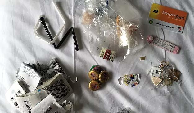 Quelques uns des rares déchets produits par Louise Salvati pendant son tour du monde.