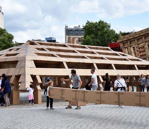 Une ville en carton prend forme en plein Paris et vous pouvez la construire