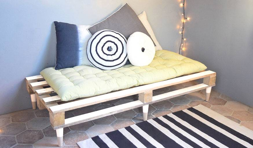 diy fabriquez une banquette en palette meuble en palette petit budget. Black Bedroom Furniture Sets. Home Design Ideas
