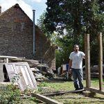 Fabien Patoor devant la maison qu'il restaure, en août 2017.
