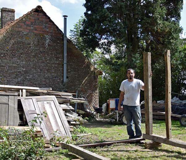 Fabien, 33 ans, restaure sa maison à l'ancienne, sans électricité
