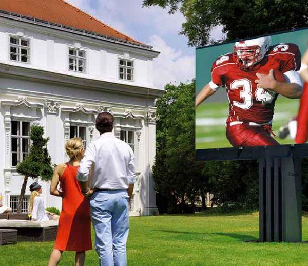La plus grande télé extérieure du monde sort (littéralement) de terre et surplombe le jardin