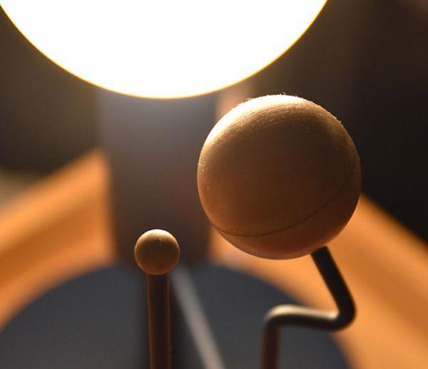 Cette lampe étonnante reproduit les mouvements du système solaire en temps réel !