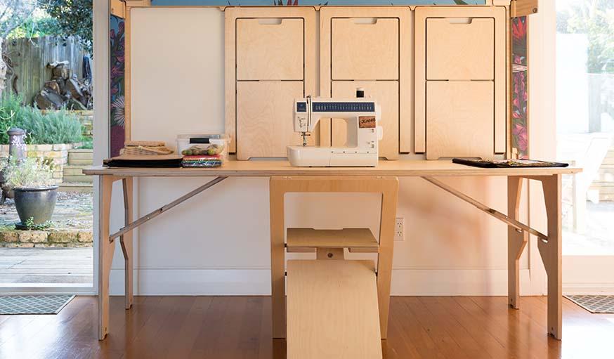 table de cuisine et chaises accrochees au mur