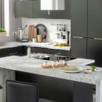 Elégance et sobriété avec l'association du marbre et du noir mat pour cette cuisine COOKE & LEWIS noir mate.