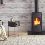 Un intérieur cosy chauffé par un poêle à bois