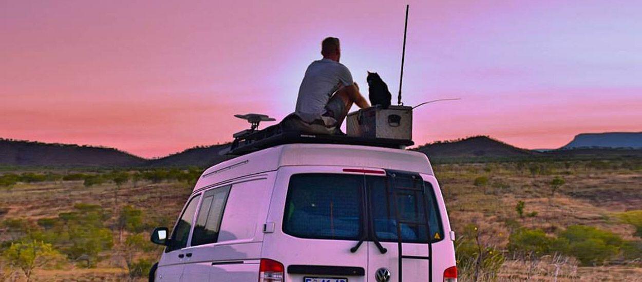 Il fait le tour de l'Australie avec sa chatte Willow à bord d'un van