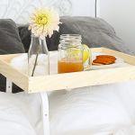 Prenez votre petit-déjeuner au lit grâce à ce joli plateau.