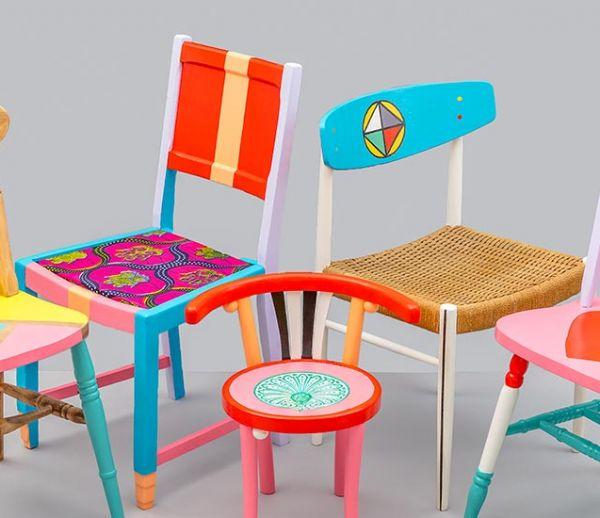 Ce designer redonne de magnifiques couleurs à ces chaises récupérées