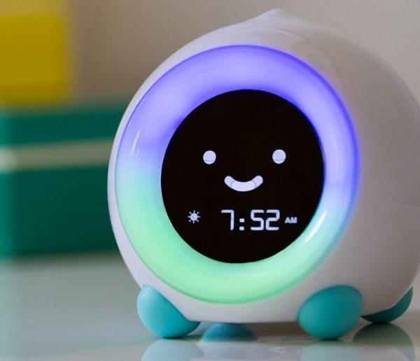 Ce réveil intelligent garde votre enfant au lit et le prévient quand il peut se lever