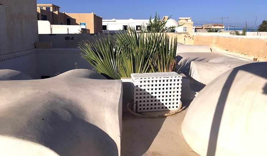 Le toit, au-dessus du patio.