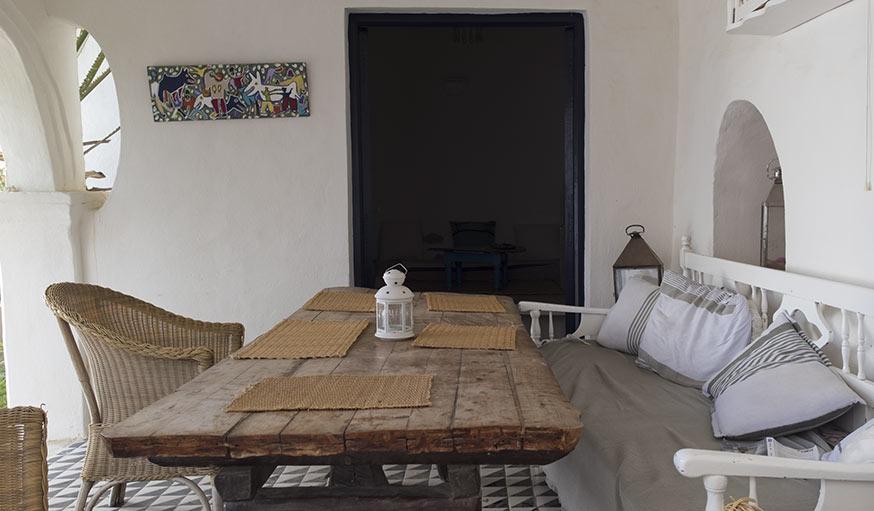 La salle à manger abritée dans le patio.