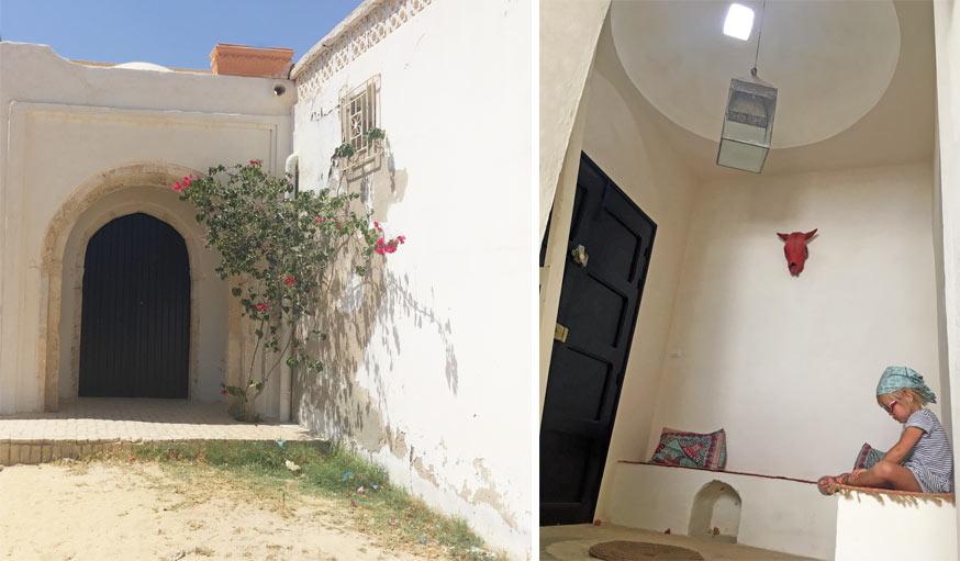 La porte extérieure (à gauche) et l'entrée du patio (à droite).