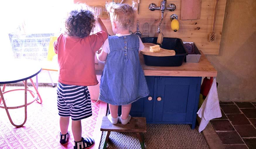 Un marchepied pour la petite soeur, et voilà une cuisine à la hauteur !