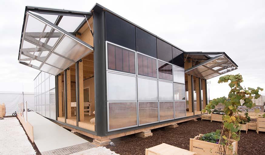 Les panneaux solaires sont disposés sur des façades qui s'ouvrent vers le haut.