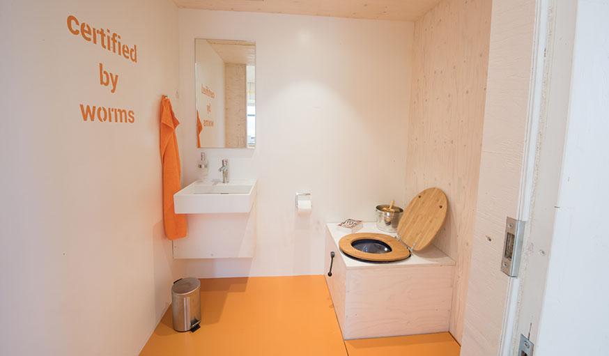 Dans cette maison écologique, les toilettes sont sèches bien sûr !