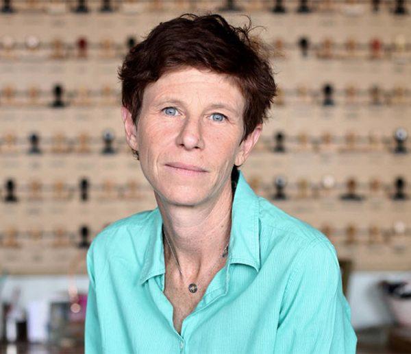 Marion Vernoux explore le pouvoir des meubles, évocateurs de souvenirs