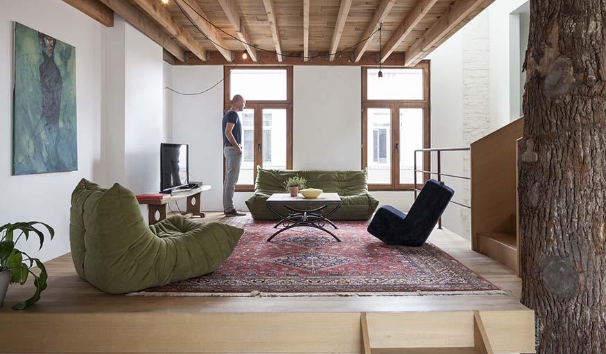 un arbre dans la maison cette maison est construite autour d 39 un ch ne. Black Bedroom Furniture Sets. Home Design Ideas