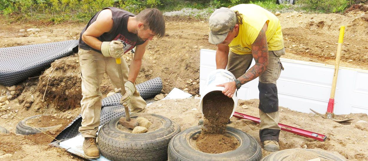 À 29 ans il construit sa propre maison autonome avec 1000 pneus