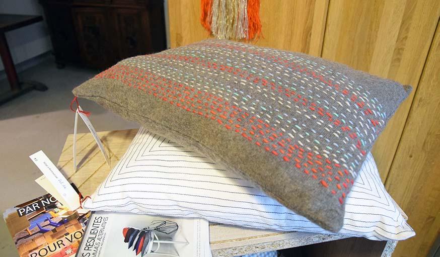 Des coussins récup' réalisés par l'atelier couture des ReCréateurs d'Emmaüs Défi.