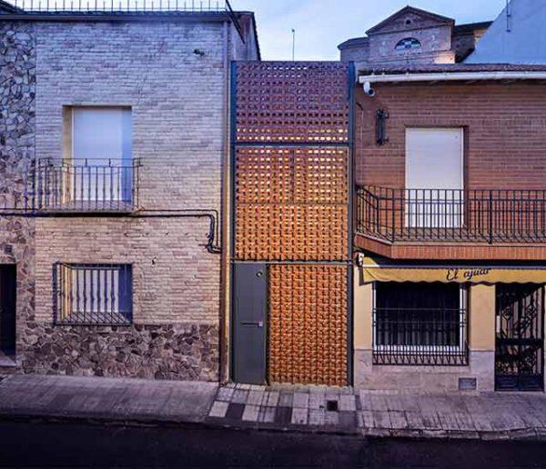 Coincée entre deux maisons, cette habitation mise sur l'originalité !