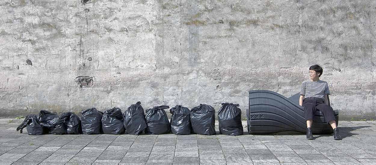 Ces bancs publics sont fabriqués à partir de déchets plastiques recyclés
