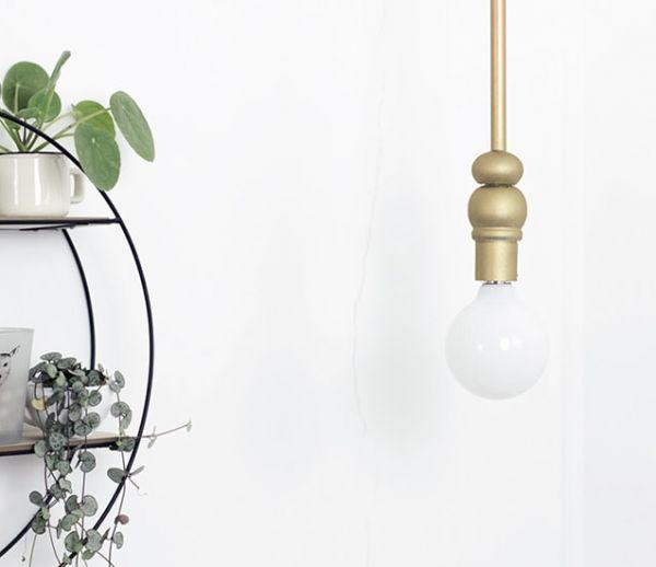 Tuto : Fabriquez une jolie suspension lumineuse minimaliste et dorée pour moins de 25 euros