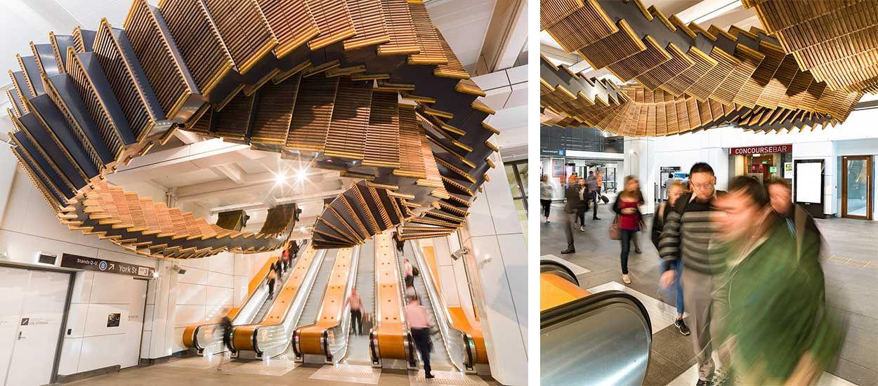 Cet artiste transforme de vieux escalators en bois en sculpture aérienne majestueuse