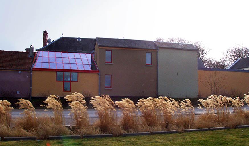L'extérieur de la maison après les travaux. Des ouvertures ont été crées, en dessous de la verrière, et dans l'autre partie de la bâtisse.